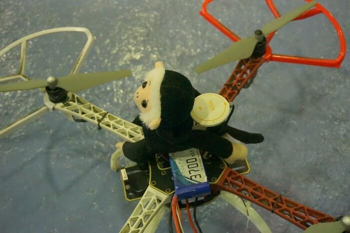 エンゼルスのマスコット、ラリーモンキーのぬいぐるみをドローンに乗せて、飛ばしてみたいと思います。