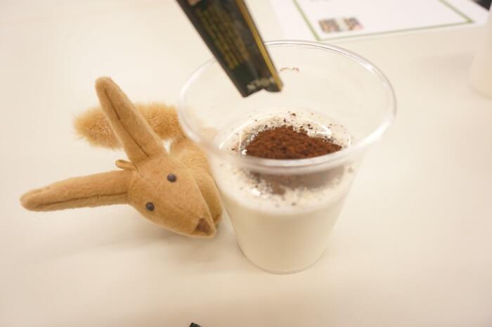 スティックタイプの粉のブレンディを冷たい牛乳にいれてかき混ぜるだけ。簡単にミルクリッチなカフェオレが作れます。