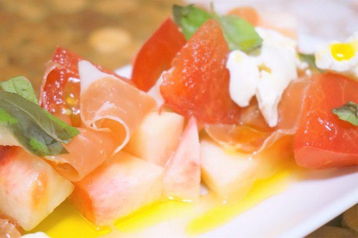 桃とトマト、生ハムとモッツァレラチーズ、バジルをフォロのドレッシングやオリーブオイルであえただけのシンプルなお料理のレシピです。