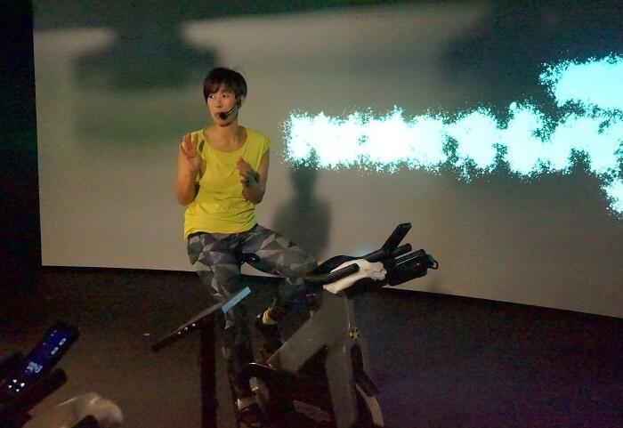 目の前の映像を見ながら、インストラクターの指示にしたがって、VRサイクリング体験。