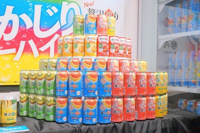 缶も元気がでるビタミンカラーに生まれ変わった「アサヒ贅沢搾り」。会場は虎ノ門の旬八でした。