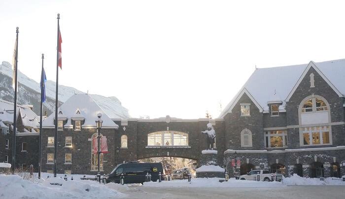 入口には、カナダ太平洋鉄道の社長、ウィリアム・コーネリアス・ヴァンホーン(William Cornelius Van Horne)氏の銅像も。