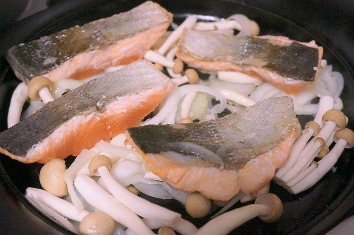 鮭はもちろん、秋の食材キノコやサツマイモなどをあわせてもいいかも♡|しょうゆの実と旬の秋鮭のちゃんちゃん焼きレシピ