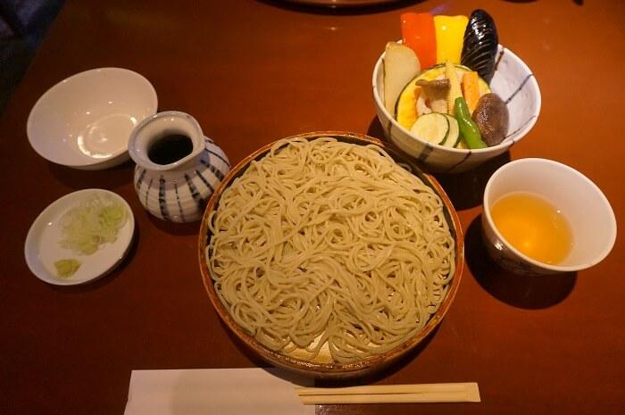 ヘルシーな東京のお蕎麦屋さん。黒澤監督にもゆかりの深い溜池山王のお店に来ました。実食レポです。