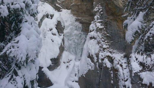 冬の絶景「ロウアー滝」の氷瀑に出合える!ジョンストン渓谷のアイスウォーク