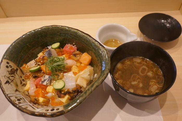 海鮮バラちらしとお味噌汁。