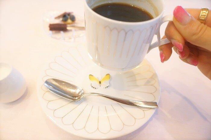 コーヒーのカップの下に、さり気ない蝶々が!|インスタ映えする美術館グルメ♡<クレマチスの丘>のレストラン