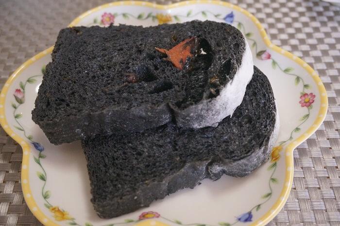 <Viking Bakery F>の竹炭のパンがすごく個性的。ドライトマト入り。