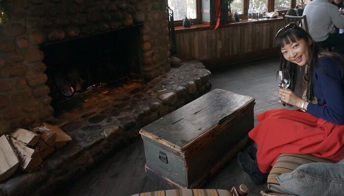 パチパチ火がともる暖炉を前に美味しいワインを♪朝岡真梨のリアルな海外レポをご紹介します。