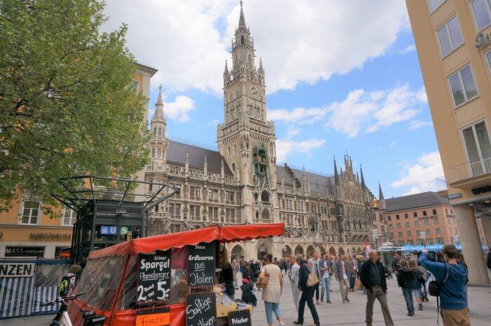 ミュンヘン市庁舎前。こんな場所でもホワイトアスパラガスを売る屋台が登場するんです。
