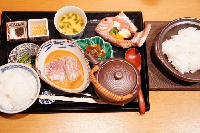 帰燕の鯛茶漬け定食1800円。