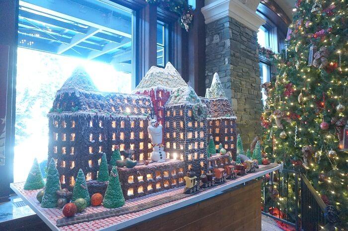 バンフスプリングスホテルのロビーにはこんなかわいらしいお菓子の家が登場中。