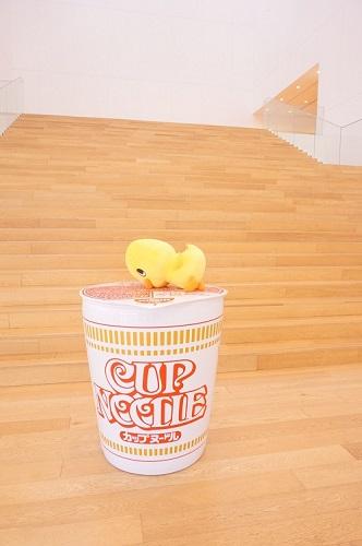 カップヌードルミュージアムのエントランスには、巨大カップラーメン&ひよこちゃん♡