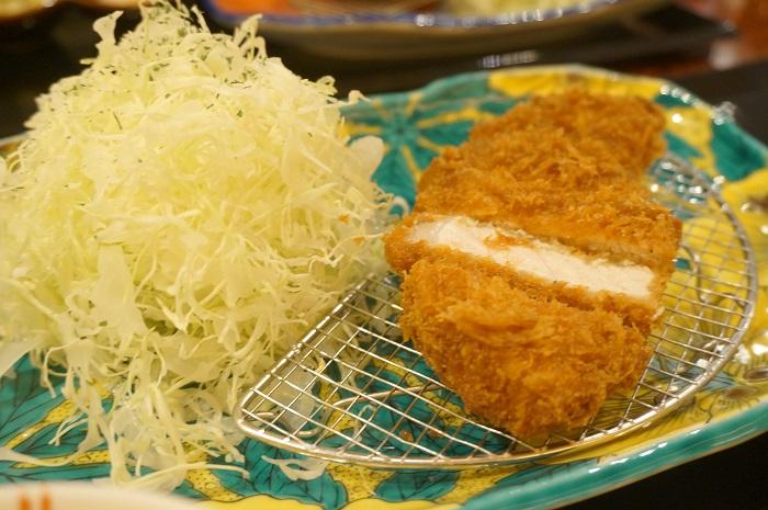 アークヒルズにある金沢かつぞうの「熟成能登豚ロースかつ定食」は器が九谷焼。