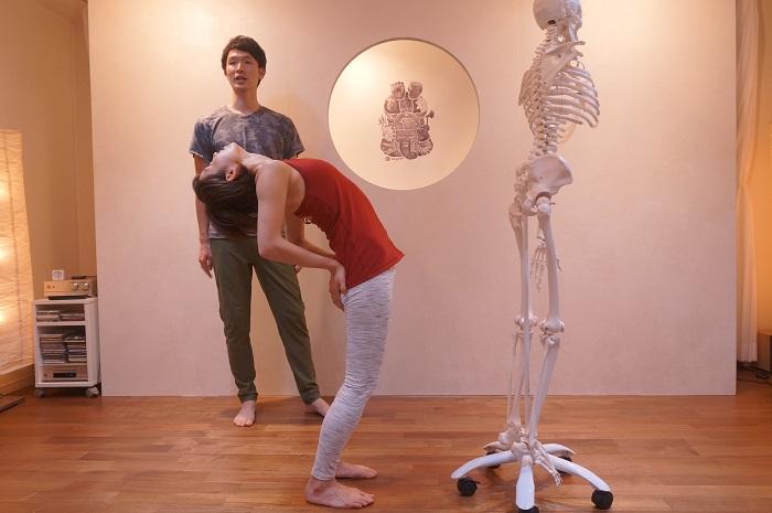 背骨の動かし方を体で覚えさせる簡単な方法をホネナビインストラクターの大江先生が直接教えてくれます。話題のレッスンを体験してきました。