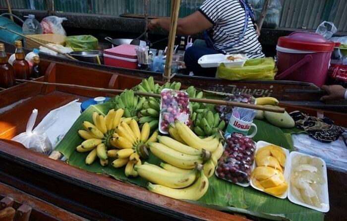 船で売られているバナナ。