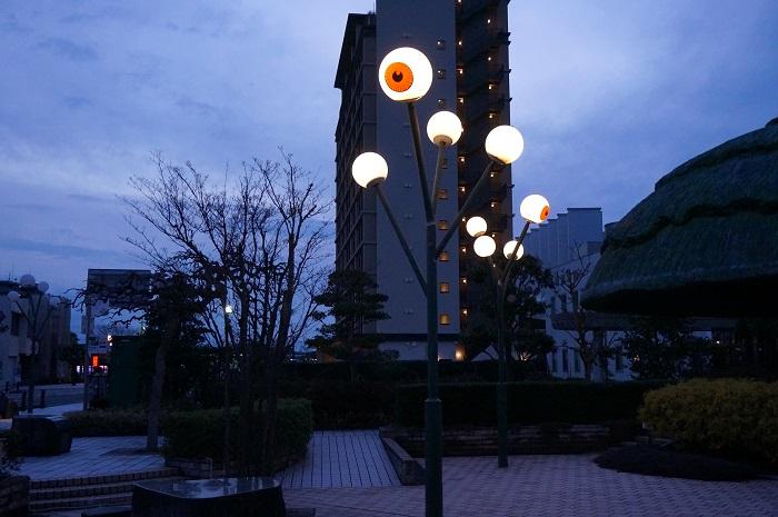 妖怪広場の夜は、ライトが目玉(笑)