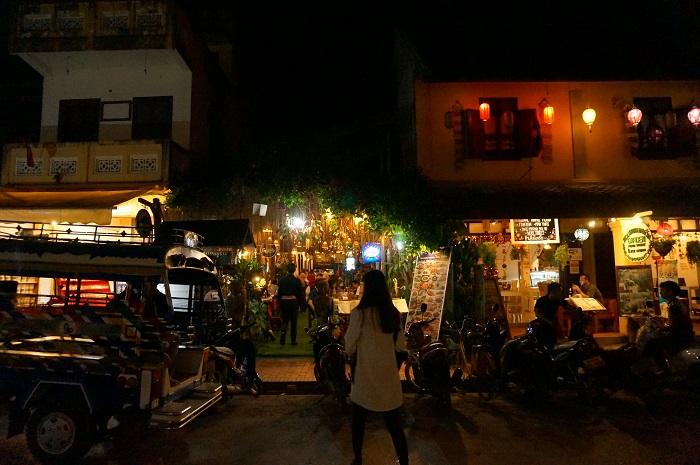 <Khmu Garden Restaurant>の外観。シーサワンウォン通りのど真ん中にあって立地抜群!restaurantというより居酒屋
