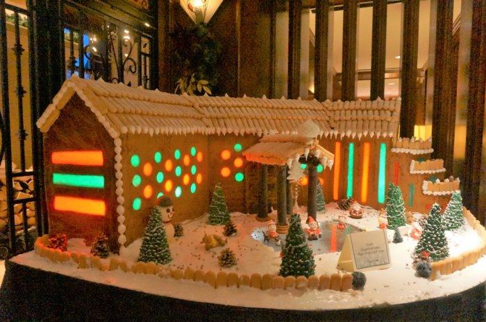 リムロックリゾートホテル(Rimrock Resort Hotel)の外観に見立てたお菓子の家が、ロビーに飾られていました。