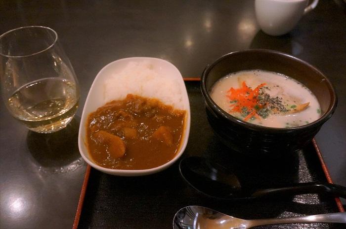 大好きなカレーととんこつラーメンとワイン@成田のANAラウンジ