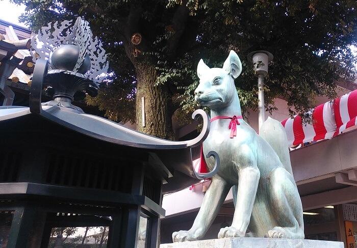 赤坂の豊川稲荷にいる狐様。とってもカッコイイ。