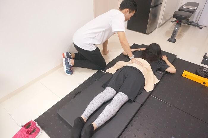 腰の筋肉が凝り固まってる?個人レッスンのジムならではの施術を紹介。