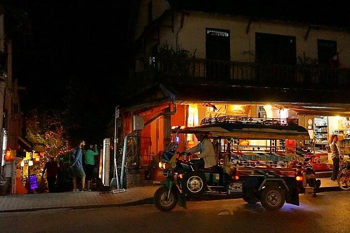 ルアンパバーンの夜はトゥクトゥクがいっぱいいるので、移動には苦労しません!