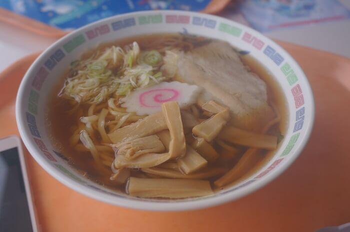 高井富士スキー場のレストランでお昼のラーメンタイム。