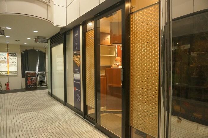 場所は、ビルの1F。奥まったところに呼きつね(こきつね)の新しい店舗があります。アクセスは六本木駅からすぐ。乃木坂からも徒歩圏内です。