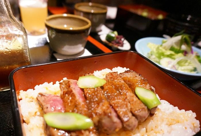 <ステーキ膳所 アクワラングIMURA>のお昼ごはんといえば名物「麦酒牛のステーキが乗ってるお重」