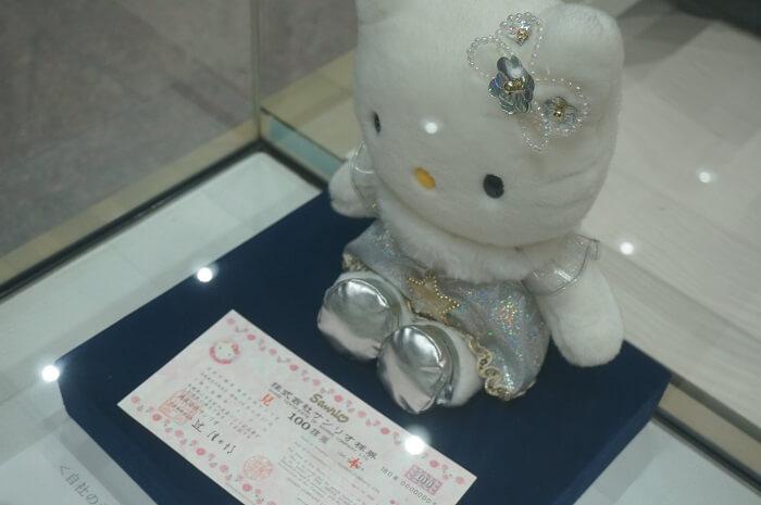かわいすぎるサンリオの株券。キティちゃんのぬいぐるみとともに、東証の史料館に飾られていました!