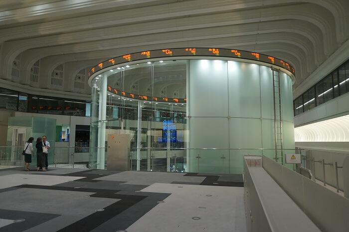 <東京証券取引所>の名物?!環状型電光掲示板にテンションあがりまくり。