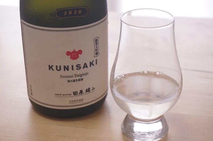 「KUNISAKI」の日本酒とグラス。
