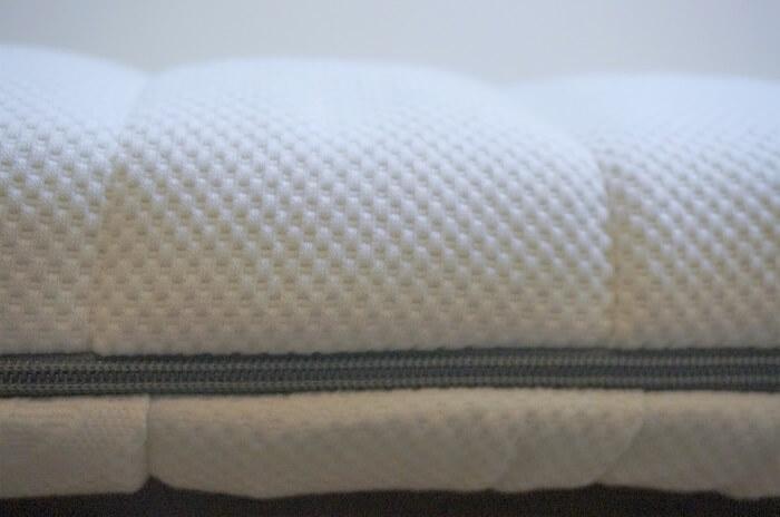 SOMRESTAのマットレス、厚みは約10cm。