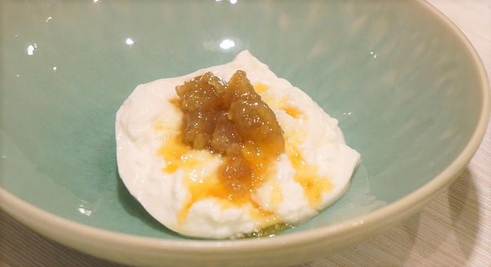 簡単に作れるおすすめデザート。栗とブッラータチーズが絶妙なハーモニーを醸し出します。