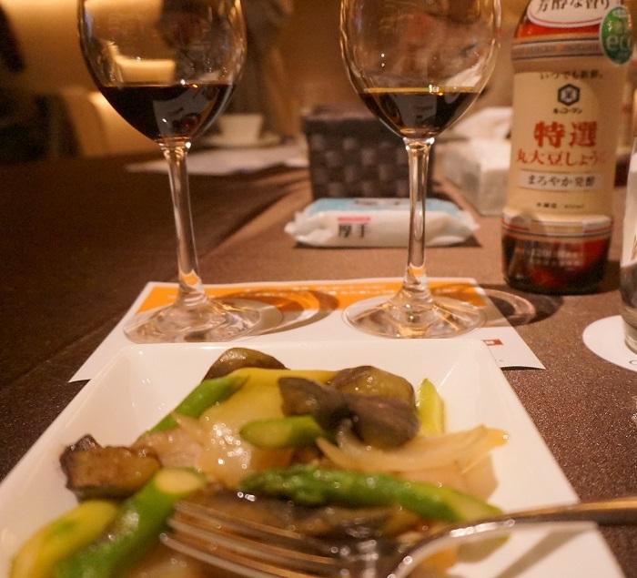 <特選丸大豆しょうゆ>と新しい<特選丸大豆しょうゆ まろやか発酵>をワイングラスで利き醤油体験。これもエッセのイベントならではの面白さ。