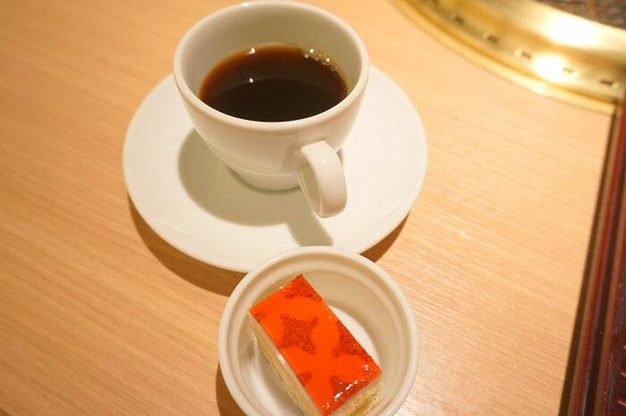 天壇のランチにはケーキとコーヒーが付きます。