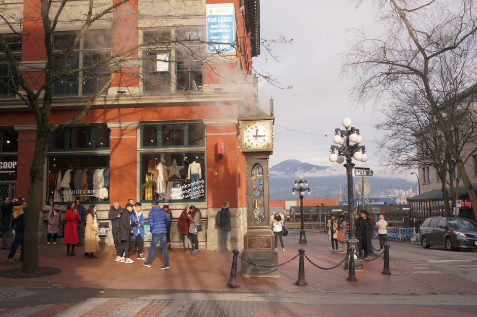 バンクーバーのウォーターフロント観光スポット☆ガスタウンの蒸気時計とギャシーの像の行き方