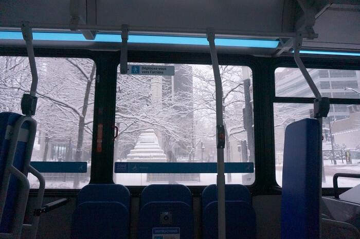 モントリオールの街中を路線バスで移動。