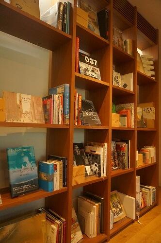 ブックライブラリーで少し待ちました|インスタ映えする美術館グルメ♡<クレマチスの丘>のレストラン