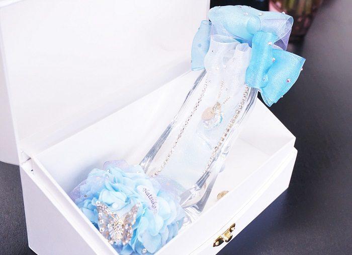 シンデレラブルーが美しいガラスの靴。ホワイトのBOXにいれてサプライズプレゼントに大評判です。|誕生日やプロポーズに!思い出に残るプレゼントの選び方