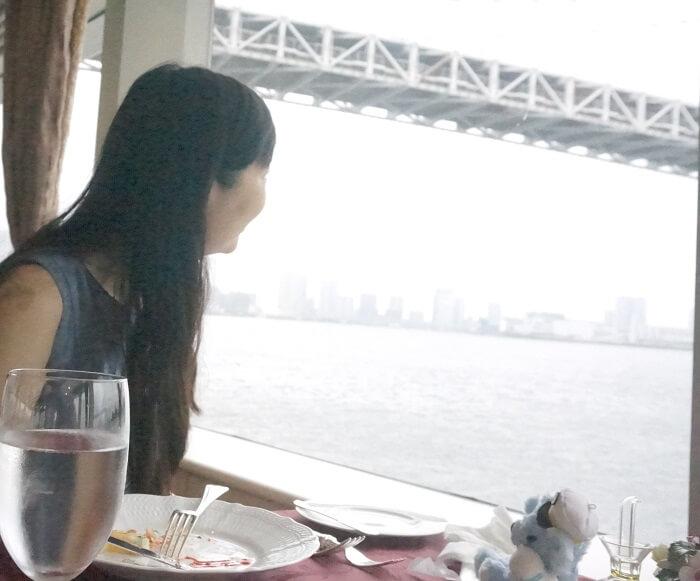 海の景色を眺める朝岡真梨。