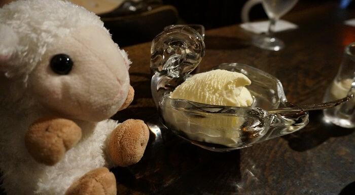 アイスクリームを頼んだらかわいい白鳥の器!