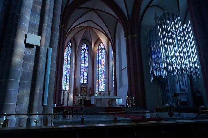 シャガールの圧倒的な青い世界が広がる聖シュテファン教会の内部。無料で見学できるんですよ。