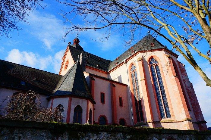フランクフルトからも電車で日帰り観光できるマインツ。シャガールの作品に出合える神秘的な教会とは?
