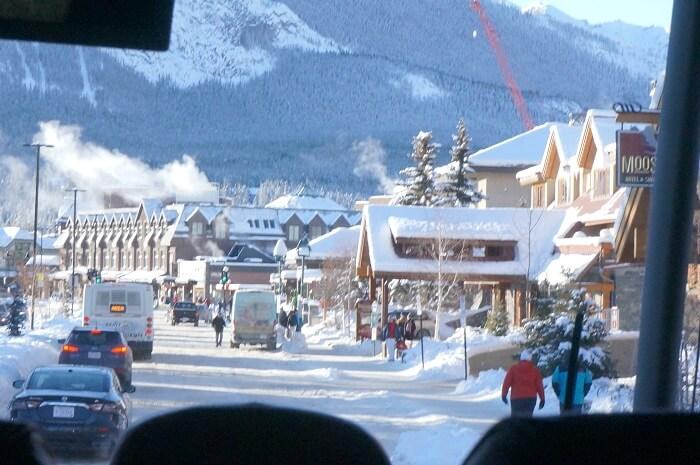 バスの車窓から見るバンフの街並み。