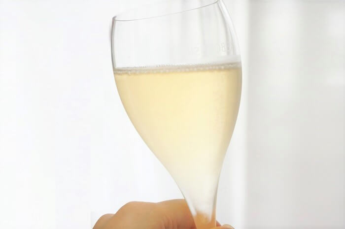 シャンパンのヴィクトワール ブリュットはきめ細やかなゴールドの泡にご注目。