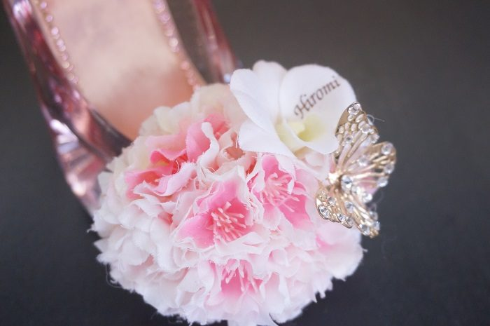 桜の花をあしらったガラスの靴は、春に思い入れのあるカップルには大好評のアイテムです。|誕生日やプロポーズに!思い出に残るプレゼントの選び方