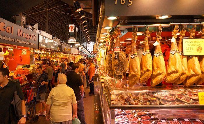 スペインらしい本格的な生ハムやさんがずらり|ボケリア市場食べ歩き!おすすめの時間帯は…?