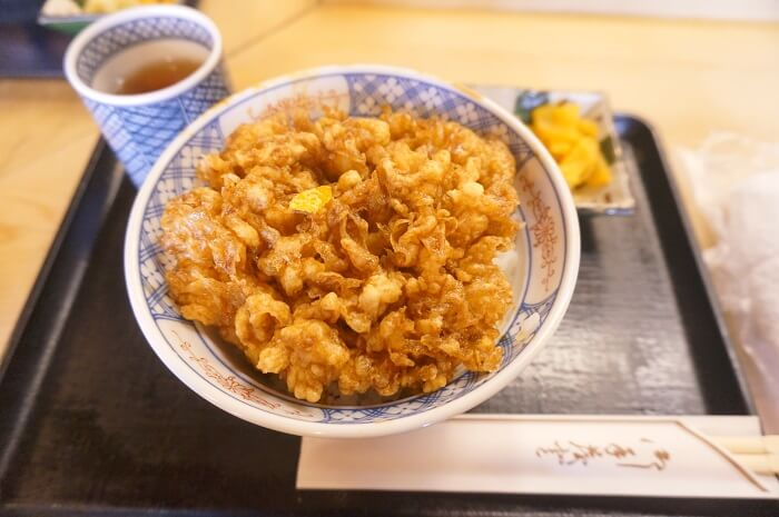 小エビと小柱のかき揚げ丼。1400円。